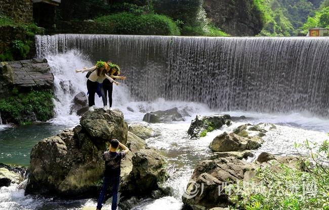 蒙山县天书峡谷秀丽山水吸引游客