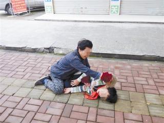 钦州:老人12年前捡回一男婴抚养至今却无力抚养