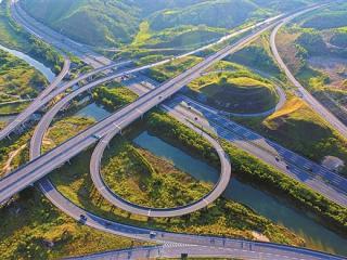 气势恢弘的防城至东兴高速公路茅岭互通立交
