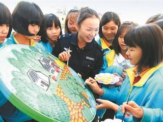 平乐县公安局民警来中学指导学生创作美术作品