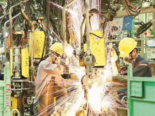 柳州五菱汽车工业公司技术工人正在忙碌工作