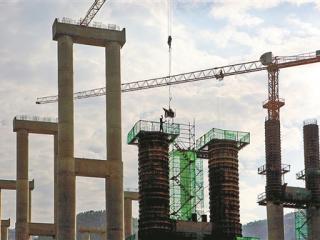 河池至百色高速公路东兰段的一座桥梁建设工地正在加紧施工