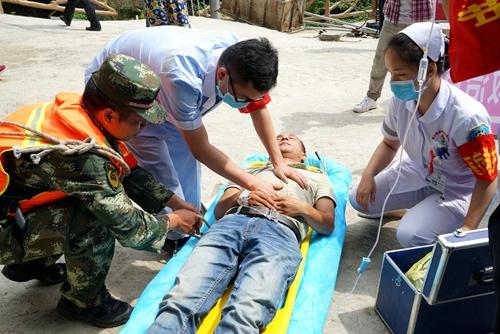 """图四:5月25日,在融水苗族自治县双龙沟原始森林景区,医护人员在对一""""受伤游客""""进行救治。.JPG"""