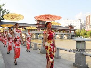 蒙山县:旗袍爱好者齐聚长寿桥