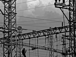 线路安装工人在南宁市西郊一处轨道电气化工地架设线路