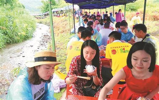 昭平县樟木林镇古莲村游客享用长桌宴