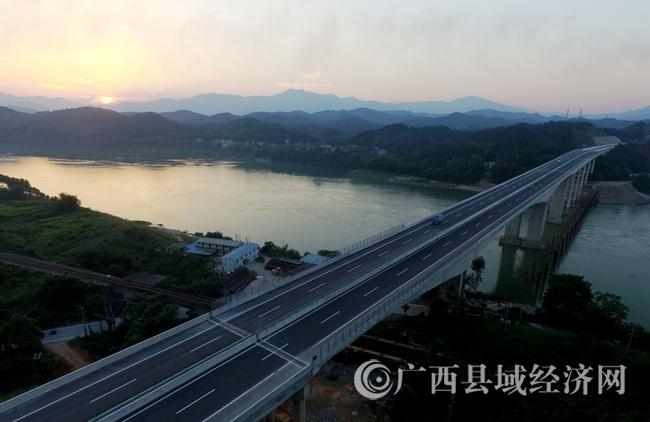 鸟瞰广西最美高速公路――三柳高速公路端午美景