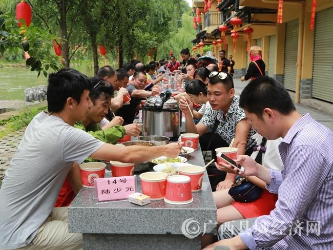 蒙山县长坪瑶族乡举办长桌宴吸引游客
