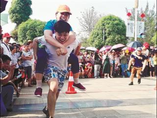 """龙州县红八军纪念广场参加""""背媳妇""""比赛"""