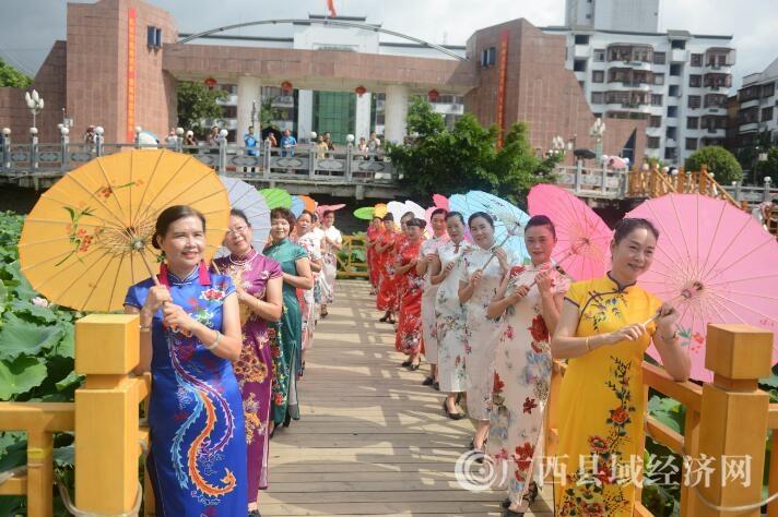 广西昭平:荷花旗袍秀