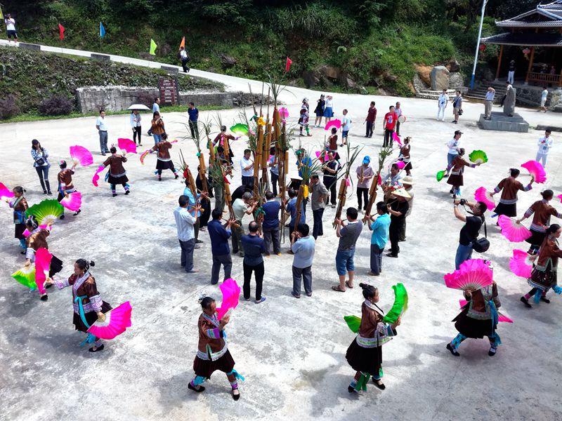 7月26日,在广西融水苗族自治县荣地村归报屯,侗族群众跳起芦笙踩堂舞欢迎采风团的到来.jpg
