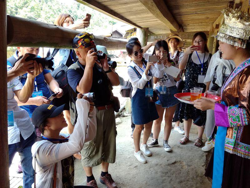 7月26日,在广西融水苗族自治县荣地村大寨,采风团成员们在进行拍摄.jpg