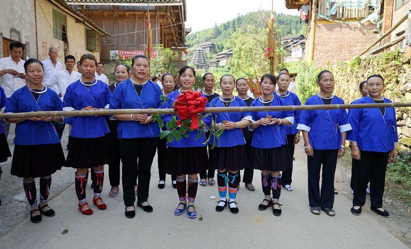 7月27日,在广西三江侗族自治县林溪镇高秀村,村民们在拦路对歌.jpg