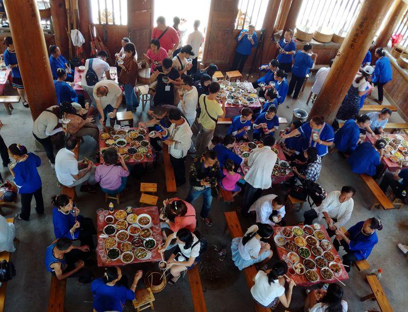 7月27日,在广西三江侗族自治县林溪镇高秀村,媒体记者、编辑与村民们一起享用百家宴.jpg