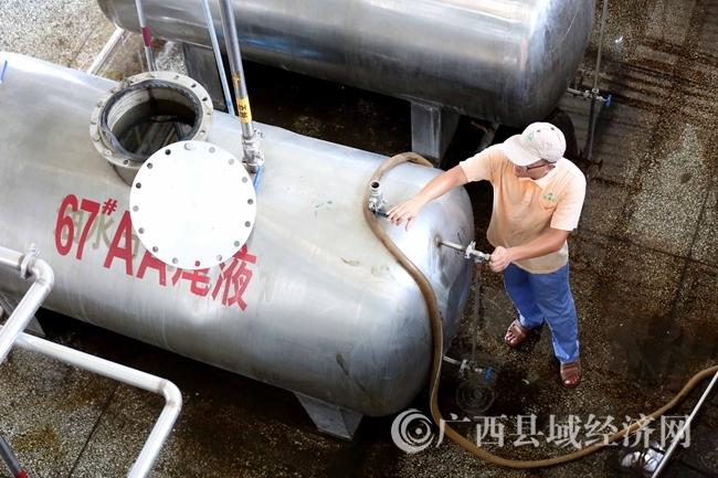 图9:7月26日,广西仙草堂制药有限责任公司工人在青蒿素提炼车间检查保养设备。(谭凯兴 摄)