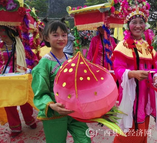 恭城上万群众欢度瑶族婆王节