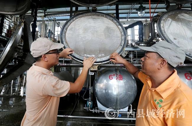 图5:7月26日,广西仙草堂制药有限责任公司工人在青蒿素提炼车间检查保养设备。(谭凯兴 摄)