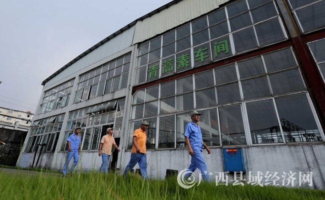 图13:7月26日,广西仙草堂制药有限责任公司青蒿素提炼车间,工人在厂区外巡查设备。(谭凯兴 摄)