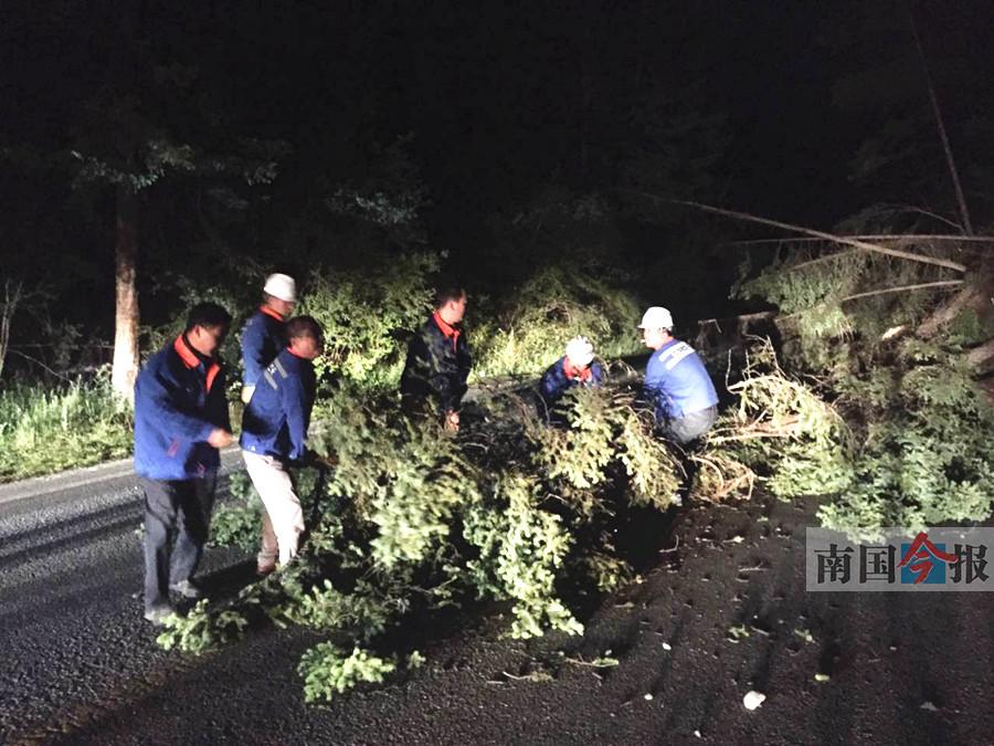 广西576位游客陆续撤离震区 一名13岁儿童受伤