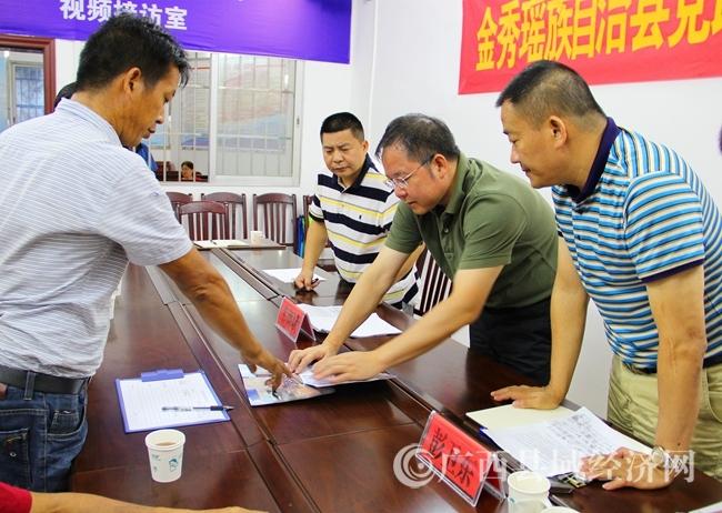 来宾市委常委、金秀县委书记韦德斌接访为民解忧