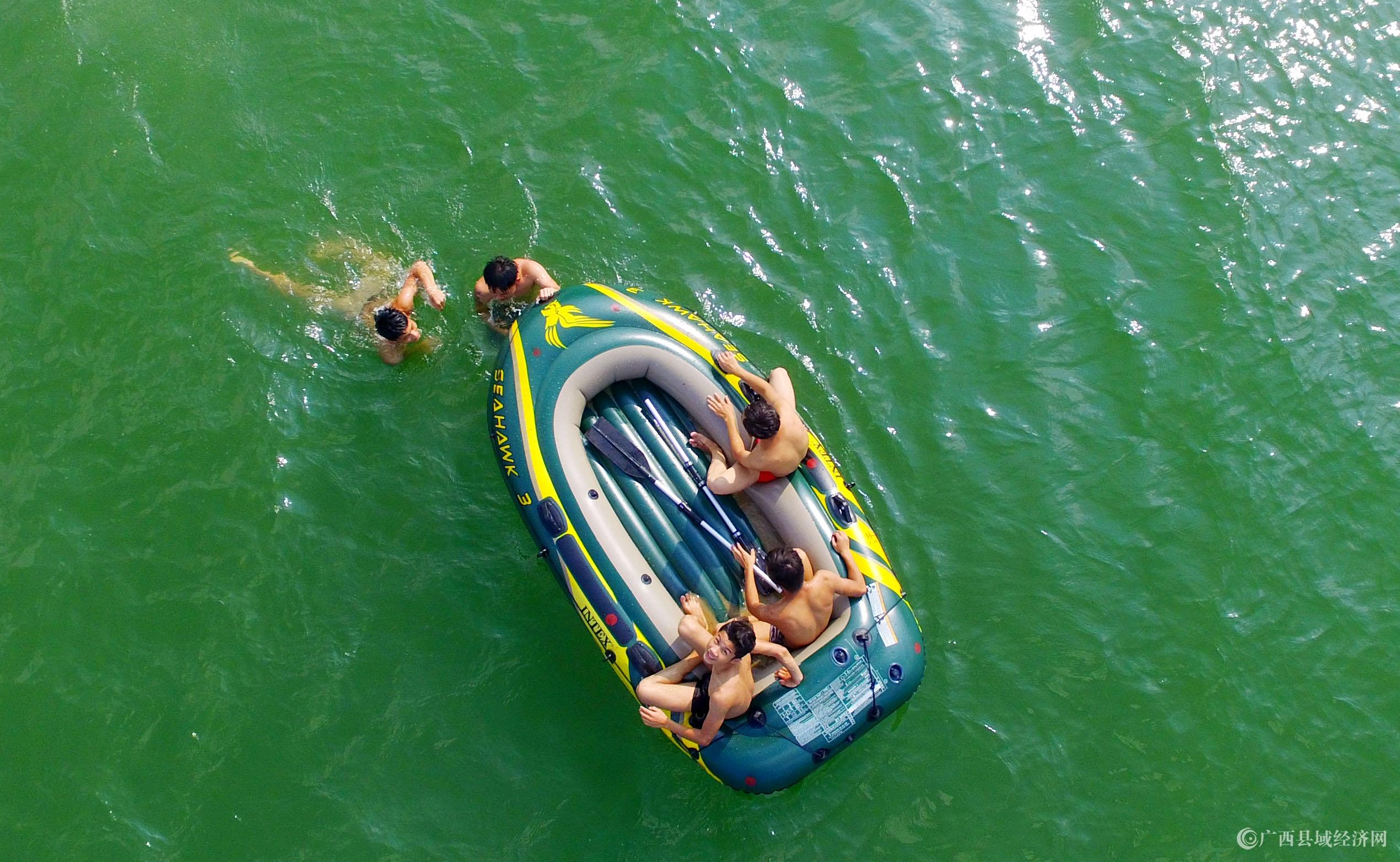 图8:8月7日,在融江广西柳州市融安县城段,市民在水中游泳解暑。(谭凯兴 摄).JPG