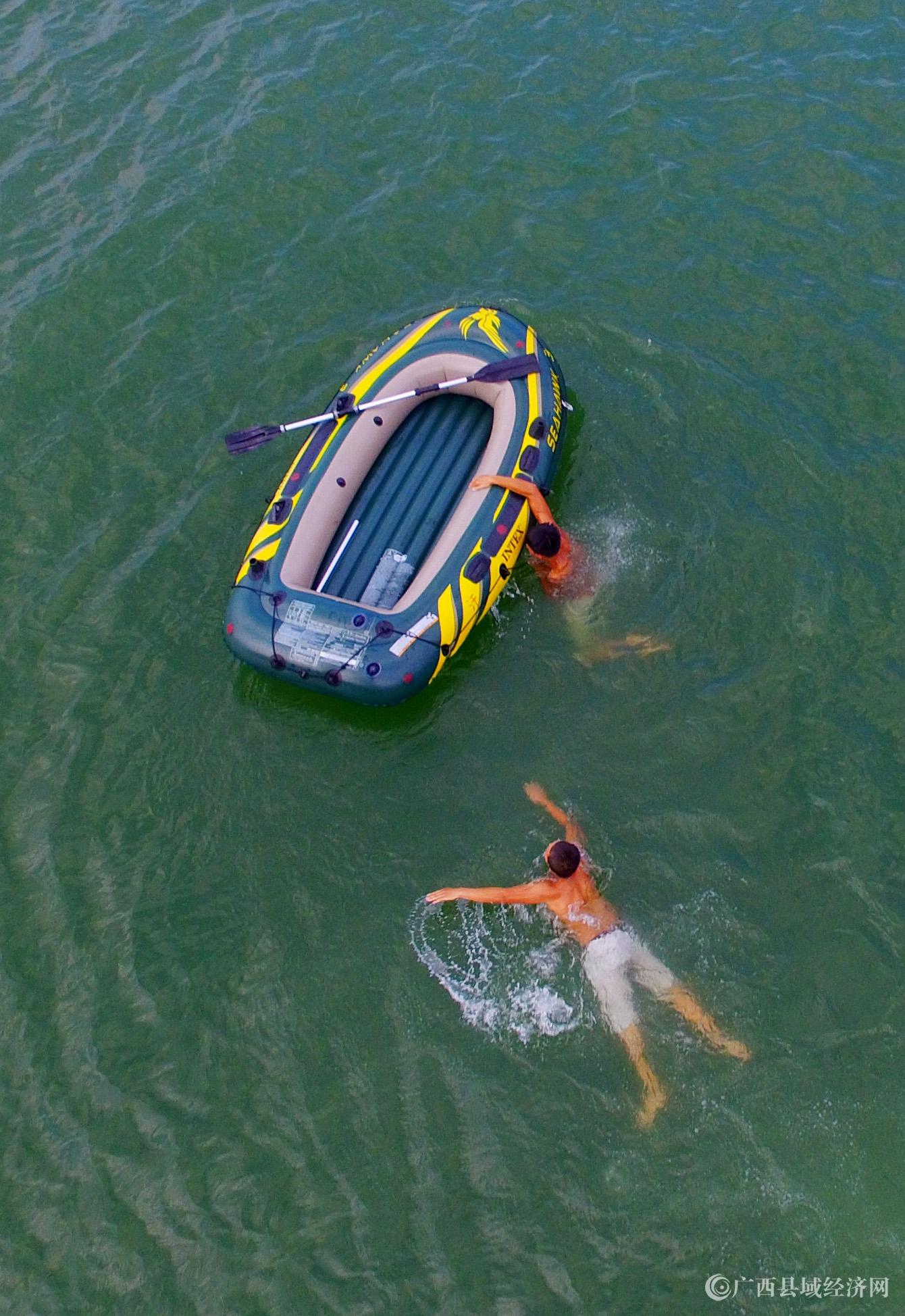 图10:8月7日,在融江广西柳州市融安县城段,市民在水中游泳解暑。(谭凯兴 摄).JPG