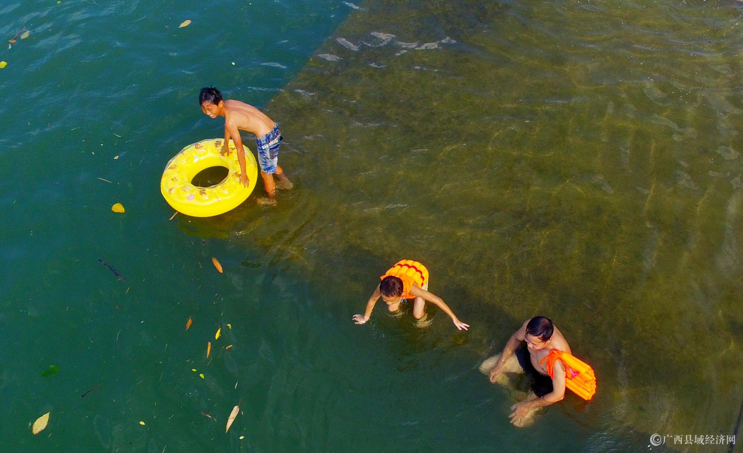 图9:8月7日,在融江广西柳州市融安县城段,市民在水中游泳解暑。(谭凯兴 摄).JPG