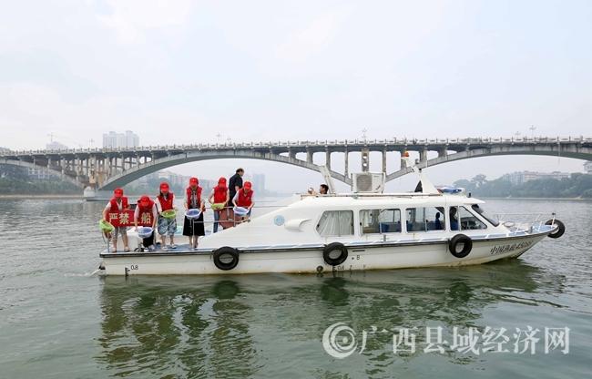 图2:9月6日,在珠江上游的融江广西柳州市融安县段,青年志愿者将鱼苗放流融江。(谭凯兴 摄)