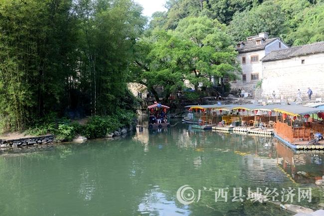 8月30日,游客在黄姚古镇带龙桥处游玩1