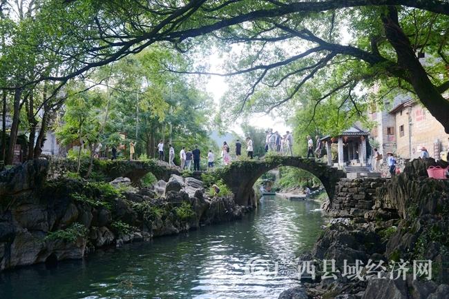 8月30日,游客在黄姚古镇带龙桥处游玩。