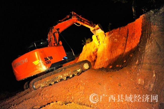 图为10月25日晚8时许,在东兰县金谷乡莫布易地扶贫搬迁安置点建设项目施工现场,一台挖掘机正在紧张施工当中。(韦禄东 摄