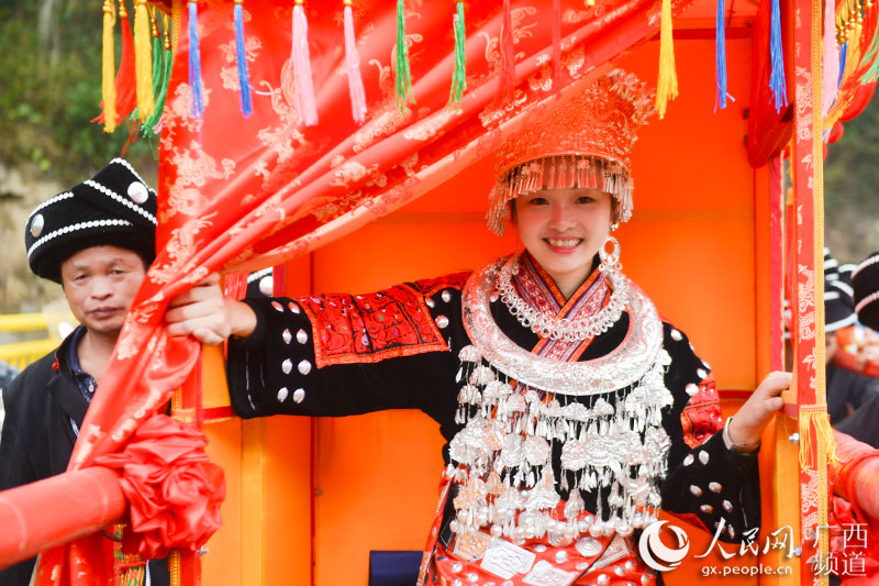11月16日,在广西桂林市龙胜各族自治县伟江乡,苗族同胞在参加民族服饰巡游