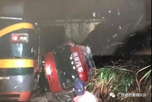 桂林一货车坠落铁轨与火车相撞 一男子被吓休克