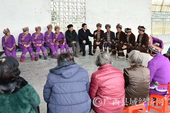 罗城:十九大宣讲进村屯  村民唱起山歌表心情