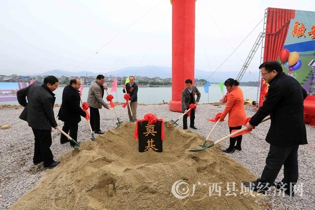 图2:11月21日,在融江融安县城段江边,嘉宾为龙舟文化广场奠基仪式培土。(谭凯兴 摄)