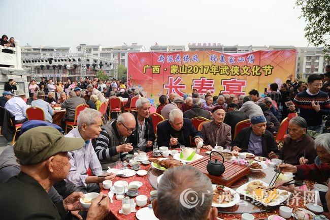 长寿老人在品尝长寿宴