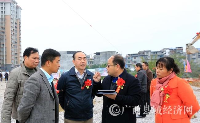 图3:11月21日,在融江融安县城段江边,龙舟文化广场项目负责人刘顿顿(右二)向县委书记陈宏(左三)、县长陈文敏(左二)
