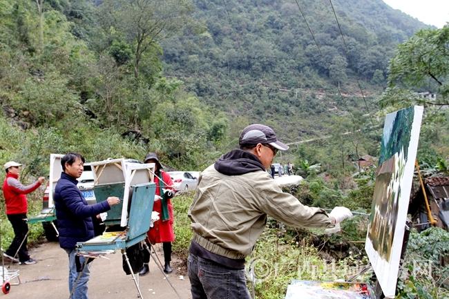 图为画家们在七百弄乡弄呈村采风创作。陆荣斌 摄524