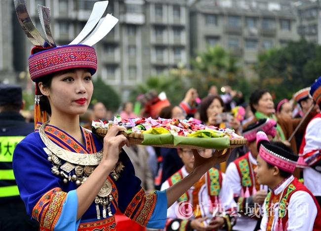 3-瑶族同胞供奉祭品。(赵智谋摄)
