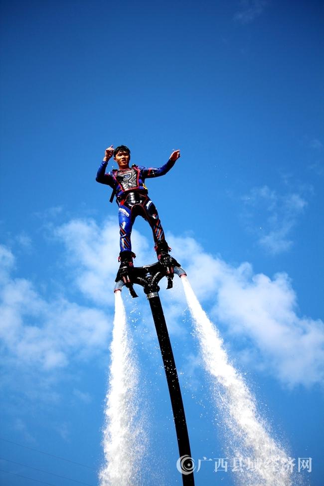 11-精彩炫酷的水上飞人表演。(钟佳明摄)