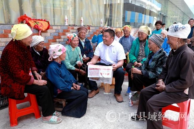 014加尤镇百陇村流动讲习所用当地方言向老年人宣讲党的十九大精神。罗希海摄