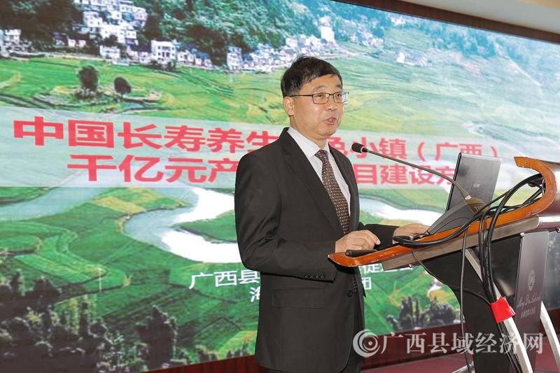 海湾智库董事长黄守新博士在介绍项目