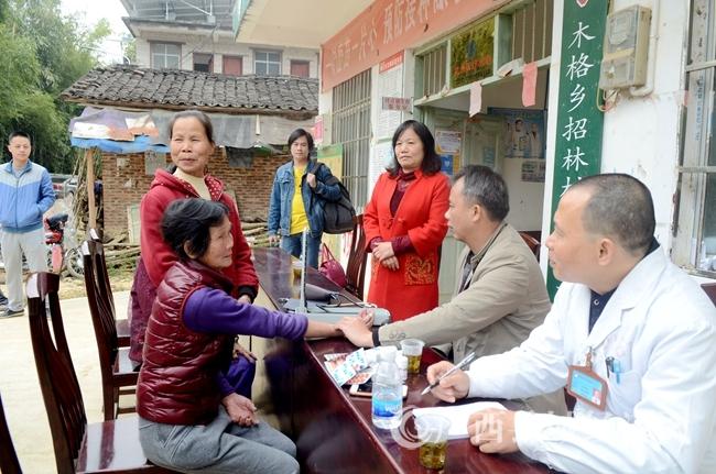 12月27日,在昭平县木格乡招林村医生为贫困群众义诊。.JPG