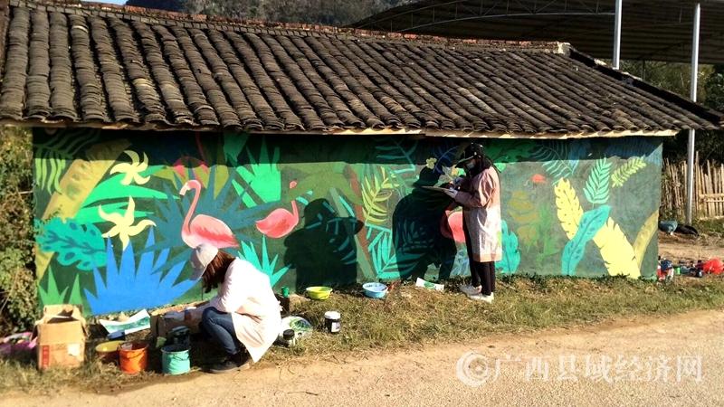 12月22日,来自广西艺术学院壁画系40多名师生在昭平县黄姚镇白山村村民房屋进行户外文化创意手绘壁画创作。1.jpg