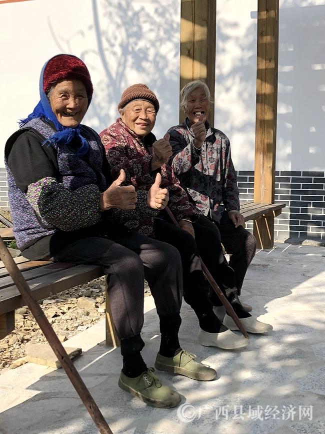平木村那卜组村民夸赞现在村里的生活环境和条件变好了.jpg
