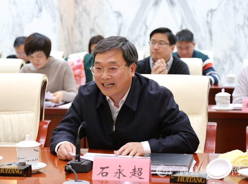 德保县委书记石永超在座谈会上发言表态。