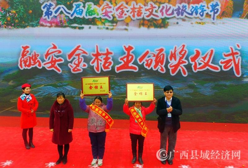 图10:12月28日,嘉宾为获得金奖擂台赛一等奖的代表颁奖。(谭凯兴 摄)