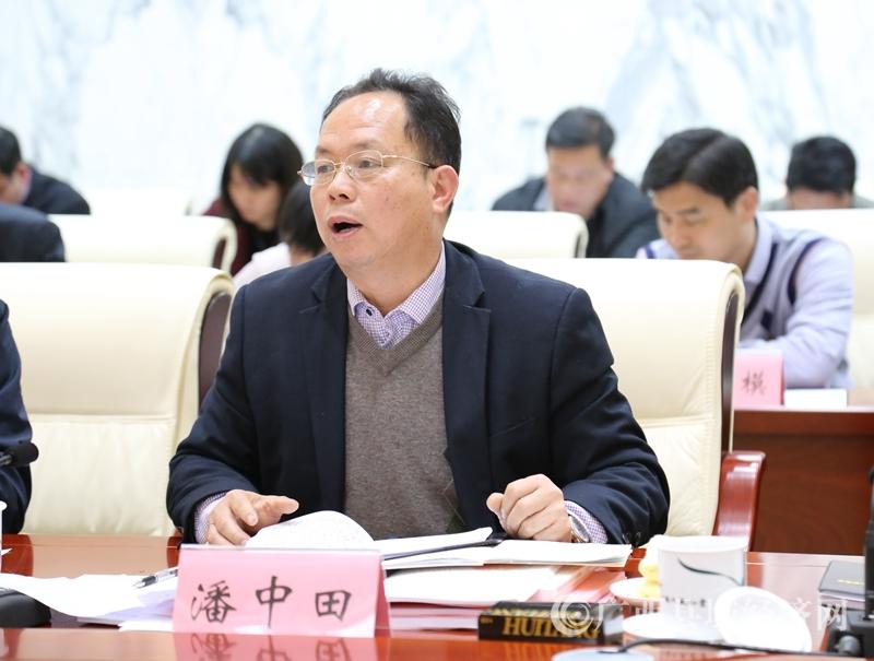 """贺州学院教授潘中田在会上代表""""现代农业及农产品加工业发展""""讨论组作建议汇总发言。"""