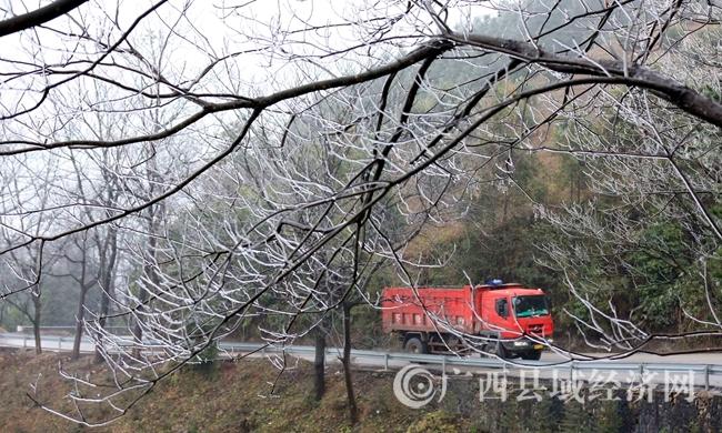 图1:1月27日,一辆货车经过国道357线广西柳州市融安县浮石镇结冰路段。(谭凯兴 摄)