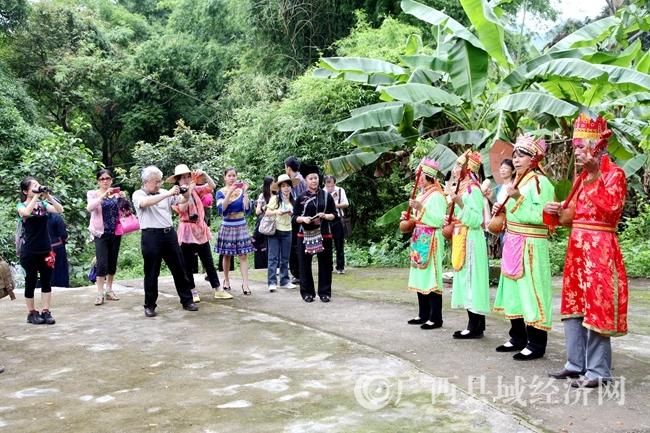 """图为赖江乡村旅游区的""""仙琴""""表演吸引游客们观赏.JPG"""